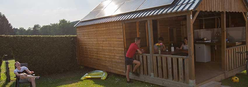 De cottage is een luxe kampeerhut met buitenkeuken en tuin