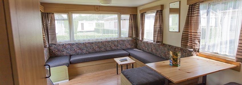 De stacaravan budget is een goedkope accommodatie met ruime woonkamer