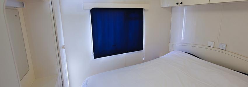 Slaapkamer met 2-persoonbed in goedkope accommodatie op camping Polleur