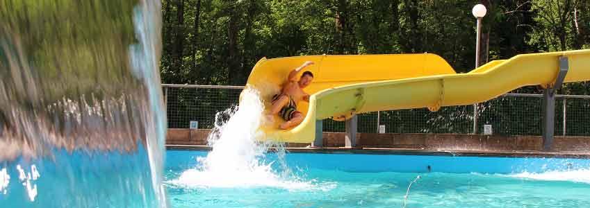 Zwembad met glijbaan van