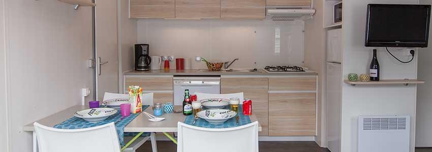 Keuken met vaatwasser en grote koelkast in chalet-6 op camping Polleur