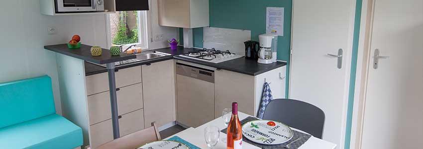 Open keuken met vaatwasser, 4-pits gasfornuis en koelkast met vriesgedeelte in de Mobile Home