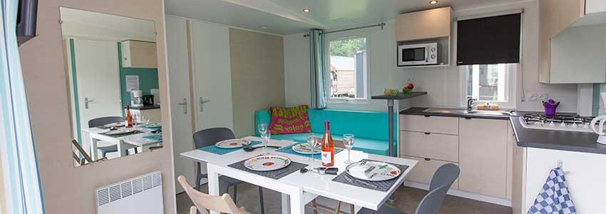 Mobile home is voorzien van een woongedeelte met aparte zit- en eethoek