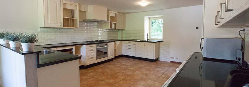 Grote keuken voorzien van alle benodigde faciliteiten in het vakantiehuis/landhuis