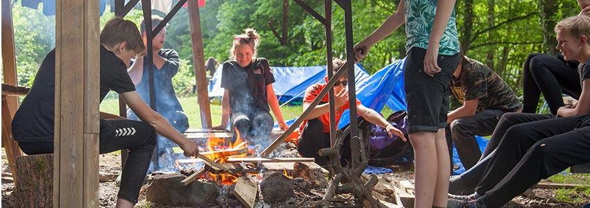 Bivakterrein met overdekte kampvuurplek in de Belgische Ardennen
