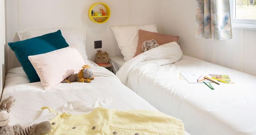 Slaapkamer met twee losse bedden van chalet 6 met terras